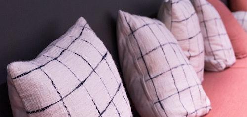 壁際に並べたクッションを背もたれ代わりにソファーとして使う